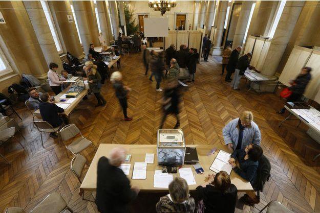 On vote dans un bureau de Cambrai, dimanche, dans le Nord.