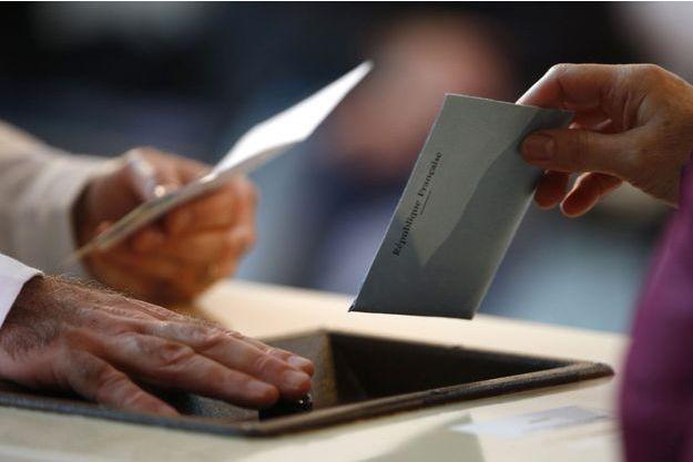 Un électeur vote à Evry, dans l'Essonne.