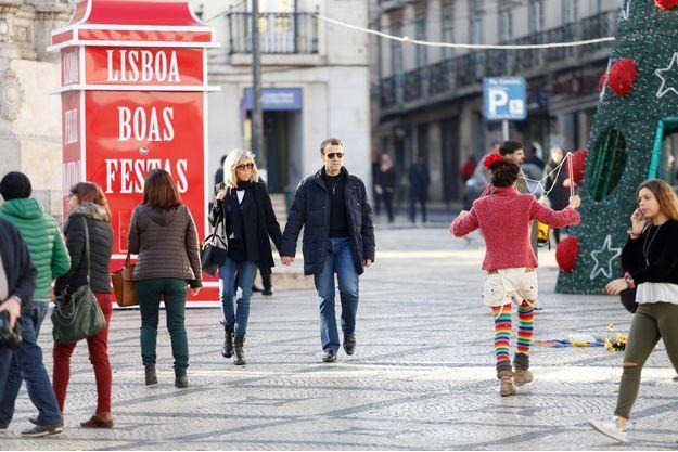 Emmanuel et Brigitte Macron, dans les rues de Lisbonne le 26 décembre.