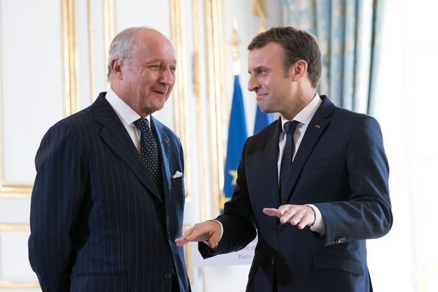 Laurent Fabius discute avec Emmanuel Macron à l'Elysée le 6 novembre 2017.