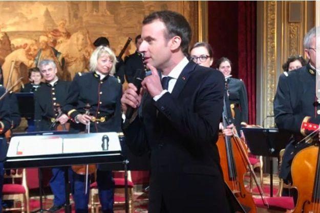 Emmanuel Macron jeudi soir à l'Elysée souhaitant la bienvenue aux invités.