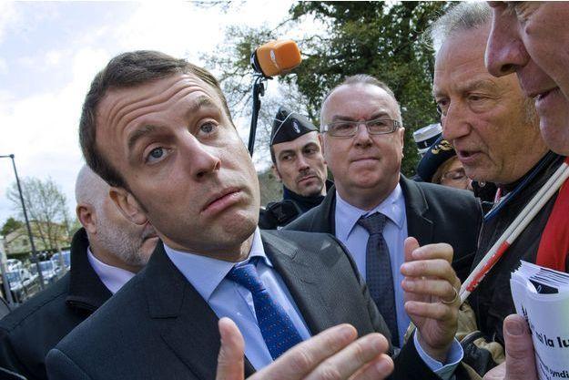 Emmanuel Macron face à des salariés, devant l'Ehpad de Champeix, dans le Puy-de-Dôme, lundi.
