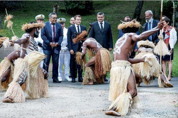 A Nouméa, au Centre culturel Tjibaou, devant une danse de l'île des Pins,  le 5 mai 2018. De g. à dr.: Emmanuel Tjibaou, directeur du centre, Emmanuel Macron, Philippe Germain, président du gouvernement de Nouvelle-Calédonie, et Gérard Poadja, sénateur.