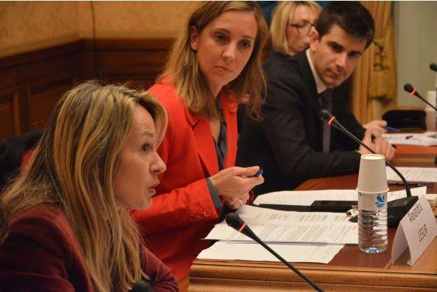 Constance Le Grip (à gauche) débat avec Mathieu Hanotin (à droite).