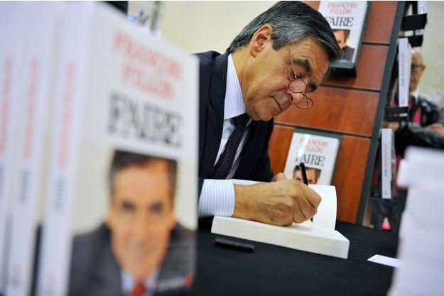 """François Fillon dédicace son précédent ouvrage, """"Faire"""", en octobre 2015."""
