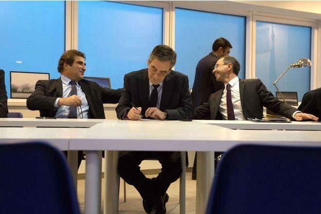 Christian Jacob et Bruno Retailleau entourent François Fillon, lundi soir, après la conférence de presse du candidat.