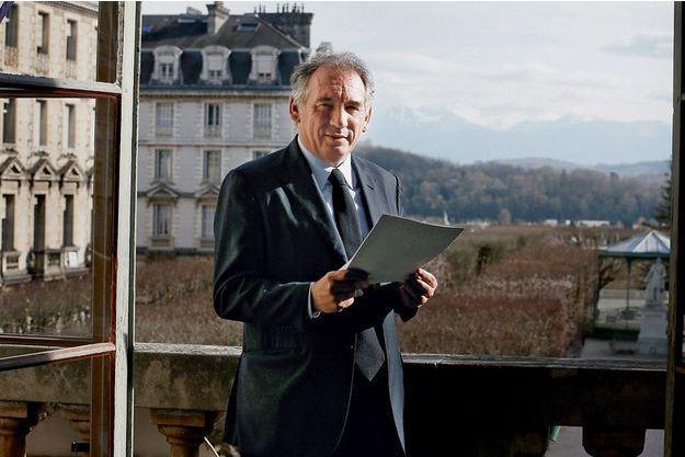 François Bayrou attend le résultat des primaires à droite avant de se lancer dans la course à la présidentielle.