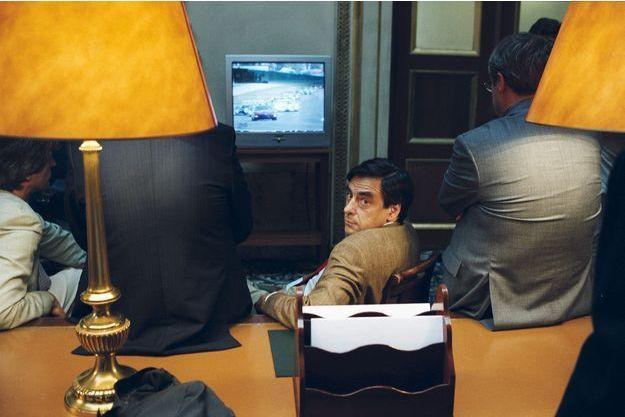 François Fillon, alors ministre des Affaires sociales, regarde le départ des 24 heures du Mans dans un salon proche de l'hémicycle, à l'Assemblée nationale, en juin 2003.