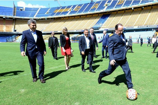 François Hollande tape dans un ballon sur la pelouse du club de Boca Juniors.