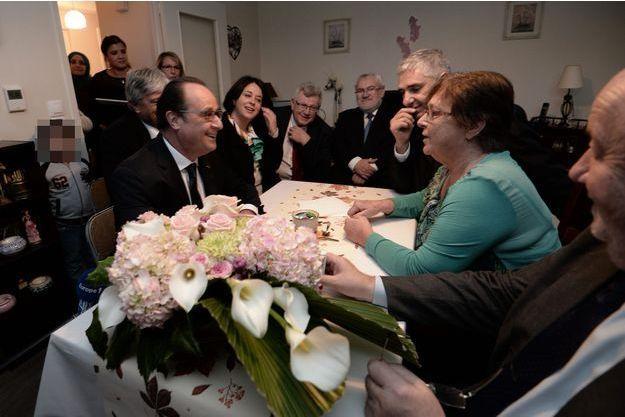 François Hollande prend le café chez Lucette, jeudi, à Vandoeuvre-lès-Nancy.