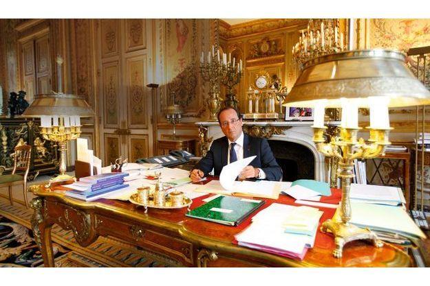 Samedi 25 août, 10h25, juste avant sa rencontre avec Antonis Samaras, le Premier ministre grec. Sur la cheminée derrière lui, une photo du soir de la victoire, à Tulle, et un modèle réduit de la DS du général de Gaulle.