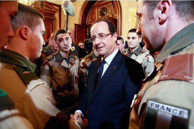 Janvier 2013. François Hollande avec les militaires qui partent pour le Mali.