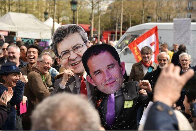 Des militants déguisés en Benoît Hamon et Jean-Luc Mélenchon sur la Place de la République, à Paris, le 1er avril 2017.