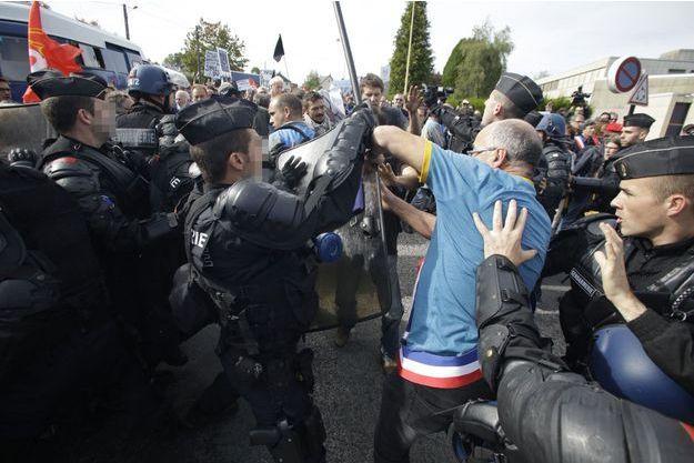 Salariés de GM&S face aux gendarmes, mercredi, à Egletons.