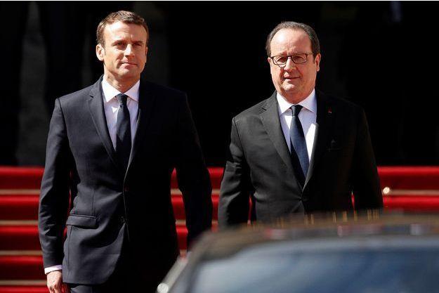 Emmanuel Macron et François Hollande, le 14 mai 2017 lors de la passation de pouvoir.