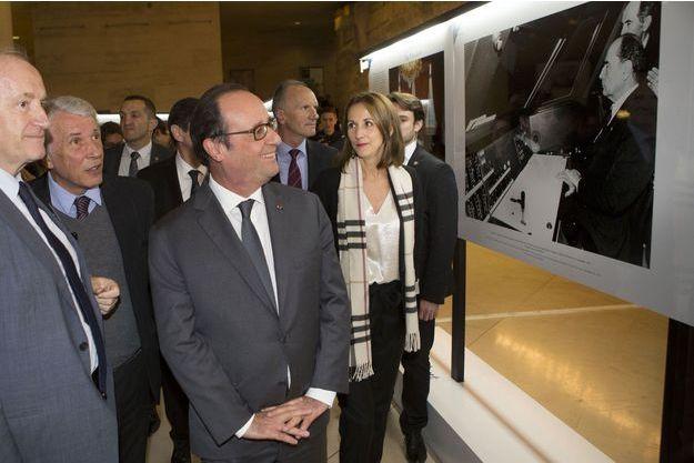 François Hollande à l'exposition pour le centenaire de la naissance du président, au Carrousel du Louvre, à Paris, mercredi.