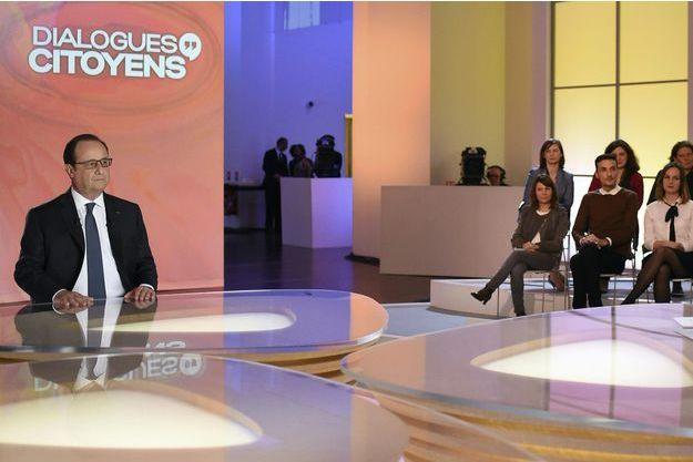 """François Hollande sur le plateau de """"Dialogues Citoyens""""."""