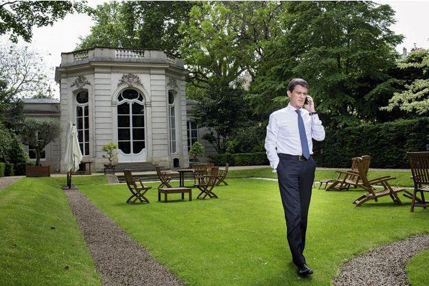 Le 10juin, à 15h30, devant le pavillon de musique du jardin de Matignon, à Paris. Manuel Valls téléphone à Jean-Pierre Door, le député-maire de Montargis, une semaine après les inondations.