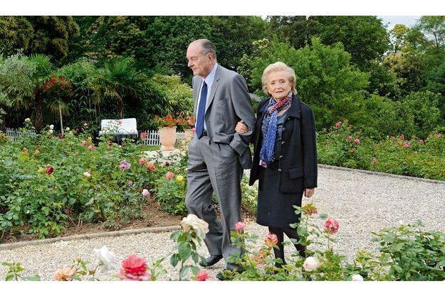 """Week-end de Pentecôte, Jacques et Bernadette Chirac avaient reçu Paris Match chez des amis, en région parisienne, pour la sortie du deuxième tome des Mémoires du président, """"Le temps présidentiel"""" (éd. Nil)."""