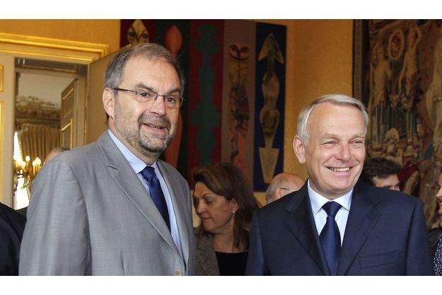 Jean-Marc Ayrault aux côtés de François Chérèque, à Matignon, mardi.