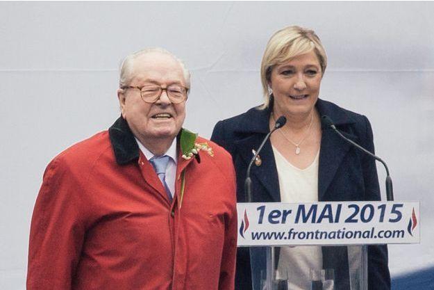 Jean-Marie et Marine Le Pen à la tribune.