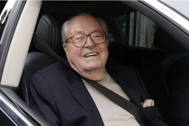 Jean-Marie Le Pen part du siège du FN à Nanterre, lundi.