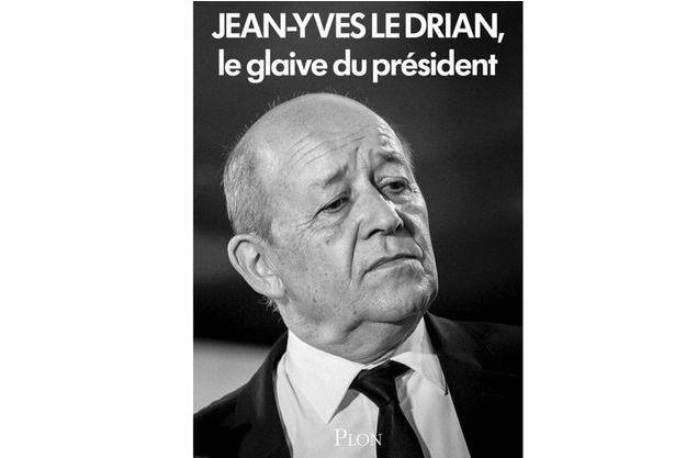 """La couverture de """"Jean-Yves Le Drian. Le glaive du président""""."""