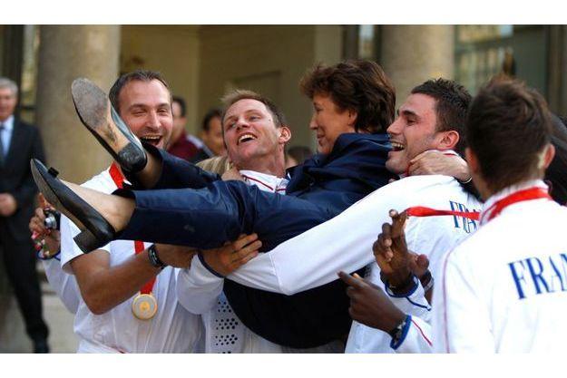 2008. Roselyne Bachelot, de retour de Pékin, avec les handballeurs à la réception donnée à l'Elysée après les Jeux.