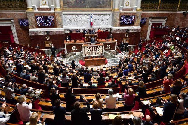 Les députés applaudissent Justin Trudeau, mardi après-midi au Palais Bourbon.