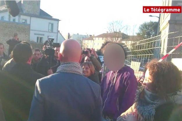 L'homme avec le pull violet a donné une gifle à Manuel Valls de dos (à gauche).