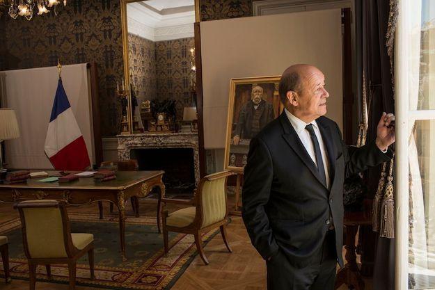 Jean-Yves Le Drian dans son bureau à l'hôtel de Brienne, siège du ministère de la Défense.