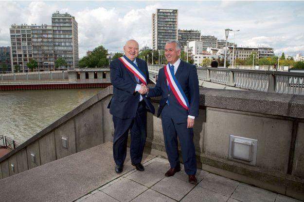 André Santini (Issy-les-Moulineaux) et Pierre-Christophe Baguet (Boulogne-Billancourt) devant le pont de Billancourt qui sépare encore les deux villes.