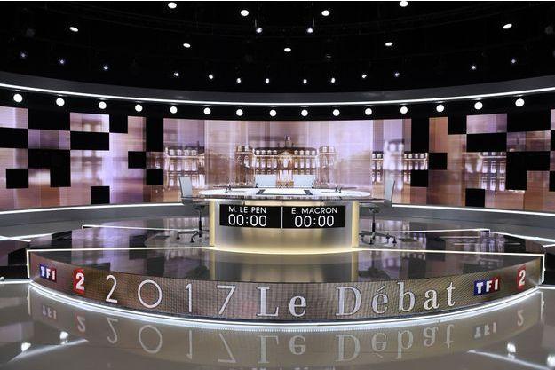 Le plateau est déjà prêt pour accueillir le débat, au studio de la Plaine Saint-Denis.