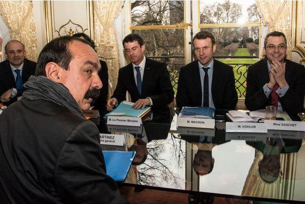 Philippe Martinez, de la CGT, face à Manuel Valls et Emmanuel Macron à Matignon.