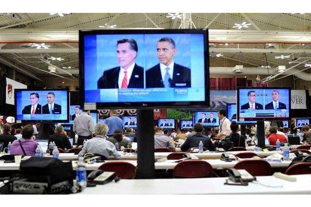 Les journalistes suivant en direct le débat.