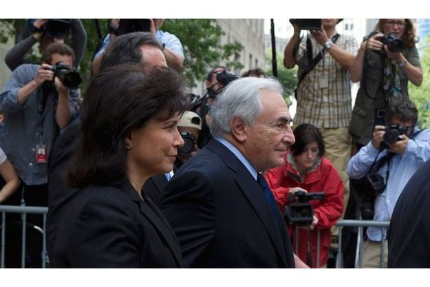 Dominique Strauss-Kahn et sa femme Anne Sinclair, au sortir du tribunal de New York