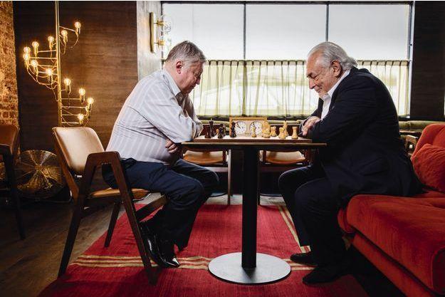 Dominique Strauss Kahn et le mythique champion russe Anatoli Karpov disputent amicalement une partie d'échecs dans un salon du restaurant Monsieur Bleu, au Palais de Tokyo.