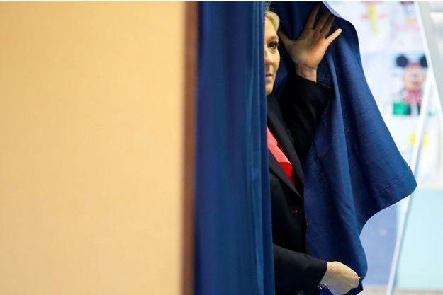 Marine Le Pen sort de l'isoloir, le 7 mai dernier.