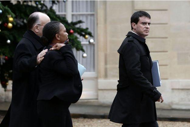 Le Premier ministre Manuel Valls, suivi du ministre de l'Intérieur Bernard Cazeneuve et de la ministre de la Justice Christiane Taubira, dans la cour de l'Élysée.