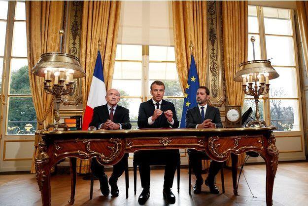 Emmanuel Macron entouré de Gérard Collomb et Christophe Castaner à l'Elysée, lundi, pour la signature de la loi antiterroriste.