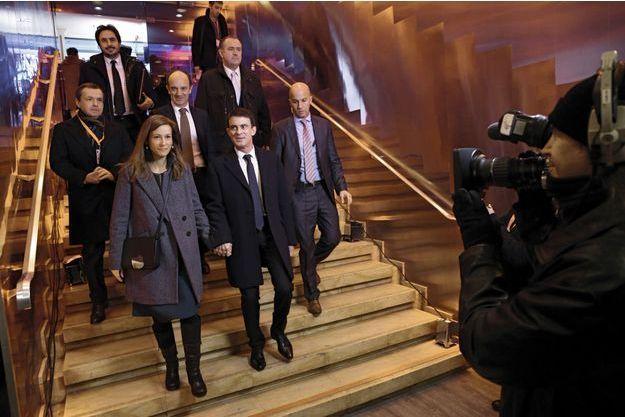 Studio Gabriel, à Paris, le 15 janvier. Manuel Valls et son épouse, Anne Gravoin, quelques minutes après le deuxième débat de la primaire sur BFMTV.