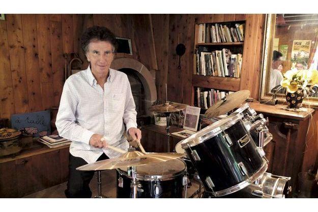 Invité jeudi 7 juin  à la Ferme  de Capucine,  à La Petite-Raon, l'inventeur  de la Fête de  la musique bat  la mesure.