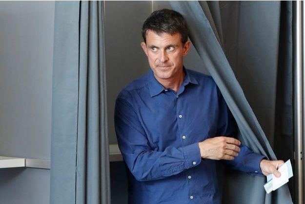 Manuel Valls a voté dimanche à Evry pour le second tour des élections législatives.
