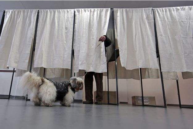 Dans un bureau de vote à Nice, dimanche.
