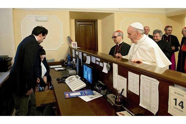 Le Pape François réglant lui-même sa note d'hôtel.