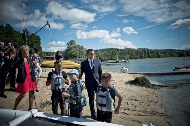 Emmanuel Macron s'est rendu le 3 août sur la base de loisirs de Moisson (Yvelines) à la rencontre des enfants qui ne partent pas en vacances.