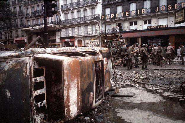 Une automobile brûlée après une nuit agitée de mai 68.
