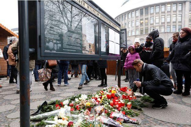 Hommage devant l'église Gedaechnis après l'attentat au camion-bélier au marché de Noël de Berlin, 20 décembre 2016.
