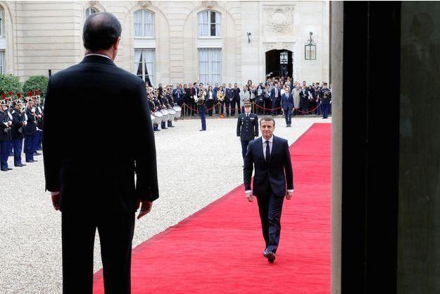 Le 14 mai 2017. François Hollande, de dos, accueille son successeur à l'Elysée.