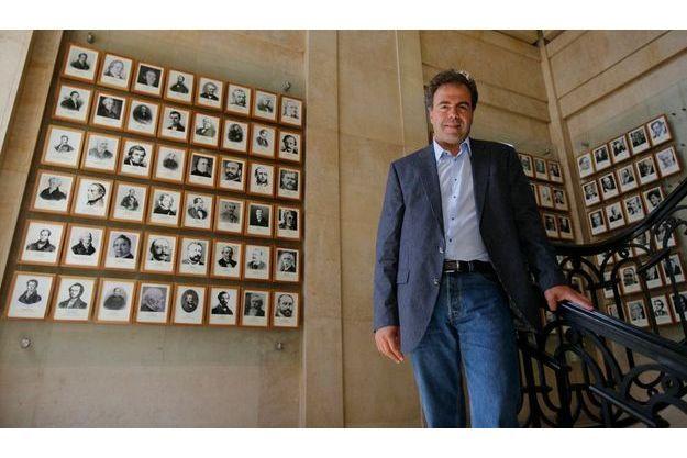Samedi 18 juillet au ministère, devant les portraits de ses prédecesseurs, dont François Fillon.